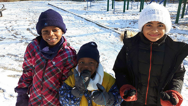 Kids from the shelter playing outside on a a sunny winter day (Photo: Le Pont)