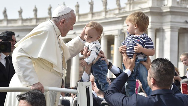 Pope Francis meeting the faithful (Photo: Vatican Media)