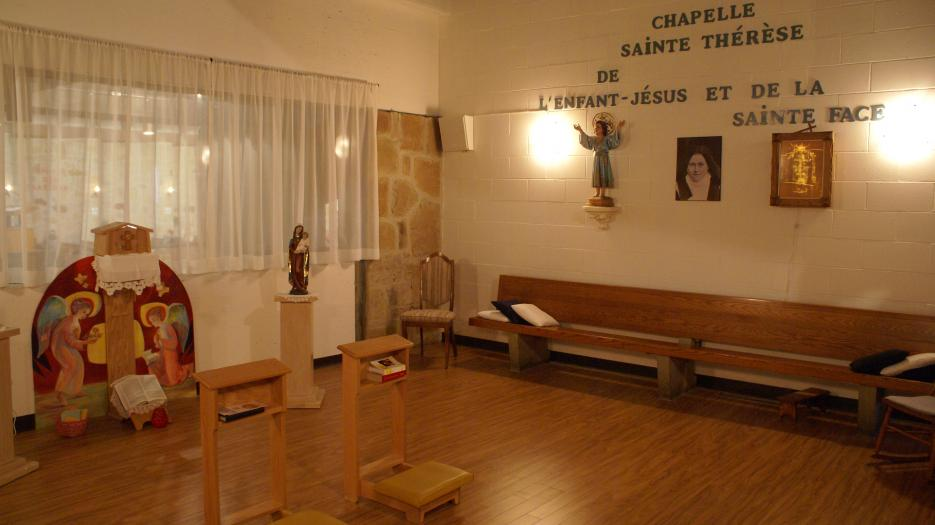 The Chapel of Eucharistic Adoration was set up with limited resources in 2015. It offers a warm space, despite the fact that the walls and the ceiling are not closed. Nevertheless, says Christiane Gagnon, the parishioners come here to worship, and even if the walls are not closed, even if we do not have a ceiling that would reduce noises better, it is thanks to this small chapel that our parish has regained life. I have regained my life! (Photo : Brigitte Bédard)