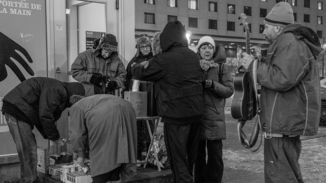 Father Paradis giving food to the homeless during winter(Photo: Richard Maltais)
